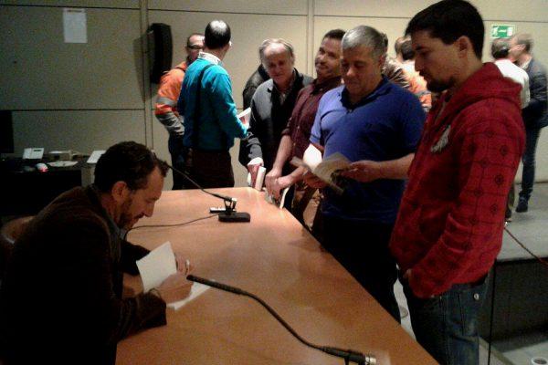 Ricardo Menéndez Salmón dedica su libro a los trabajadores de Arcelor Mittal, al término de coloquio