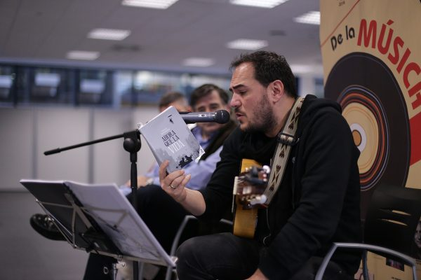 Ismael Serrano regaló canciones a los trabajadores de Endesa que leyeron su libro Ahora que la vida