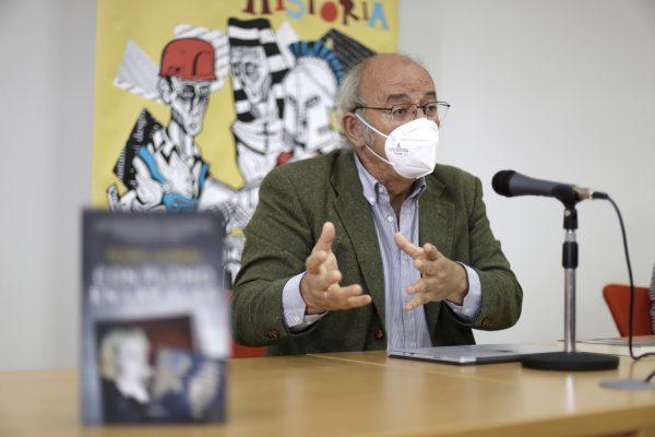 Pedro Corral se dirige a los trabajadores de la cooperativa Acenorca, con quienes dialogó sobre su libro