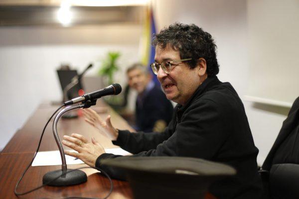 David Castillo explicó a los trabajadores de Acerinox la labor de documentación histórica que necesitó para redactar su libro, El tango de Dien Bien Phu.