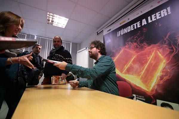 Sergio del Molino debatió con los trabajadores de Nervacero sobre su obra Lo que a nadie le importa