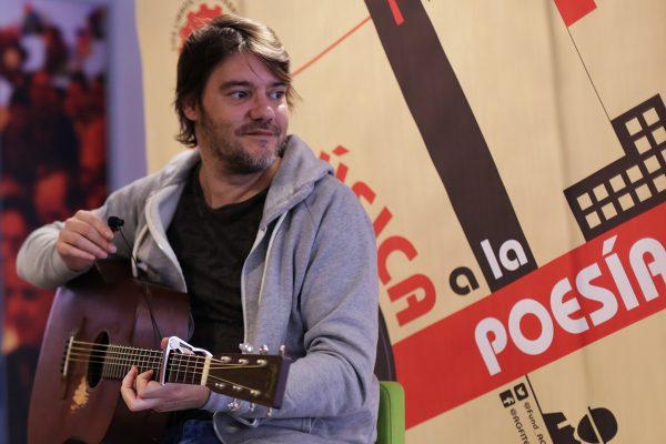Luis Ramiro compartió con los trabajadores de Nokia los poemas de su libro Rojo Chanel y les regaló algunas canciones.
