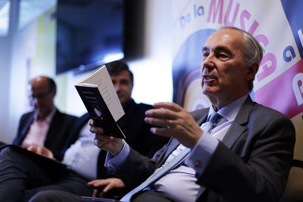 Luis Alberto de Cuenca recita a los trabajadores de OHL los versos de su libro Todas las canciones