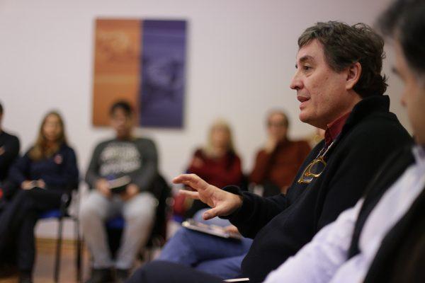 Luis García Montero dialoga con los trabajadores de Repsol de Puertollano sobre su poemario Almudena
