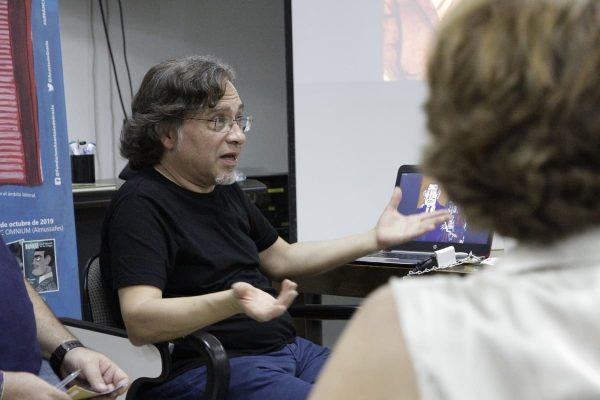 Los trabajadores de CEPSA  departieron con el dibujante Fritz sobre el libro El caballero del Santo Sepulcro, del que es autor junto al guionista Alex Romero, quien no pudo asistir al encuentro