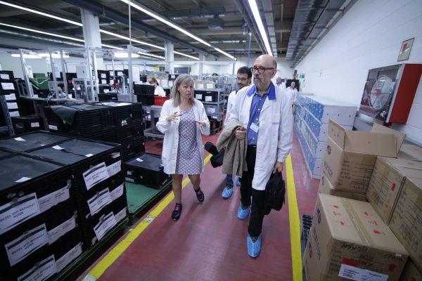 Marcos Ordóñez visita las instalaciones de Kostal antes de dialogar con sus trabajadores sobre su libro Big Time: la gran vida de Perico Vidal