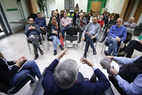 Los trabajadores de la cementera Lafarge Holcim departieron animadamente con Eduardo Torres Dulce sobre su libro Los amores difíciles