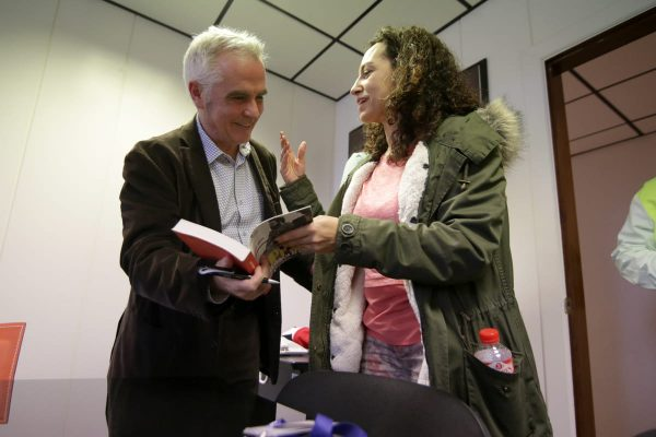 Miguel López conversa sobre su libro con una trabajadora de L'Oréal