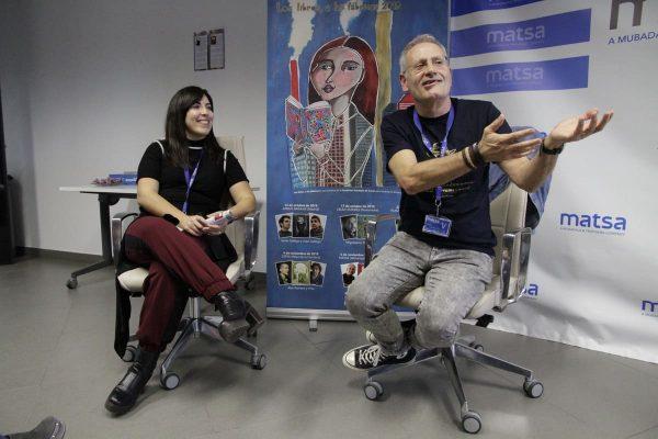 El historietista Ángel de la Calle departe con los trabajadores de Matsa sobre su libro dedicado a Tina Modotti.