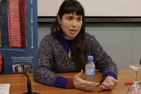 Ana Penyas explicó a los trabajadores de Navantia el proceso creativo de su obra Estamos todas bien