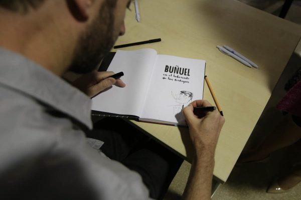 Fermín Solís dedicó su libro Buñuel en el laberinto de las tortugas a aquellos trabajadores que se lo solicitaron al finalizar el encuentro en Plastic Omnium