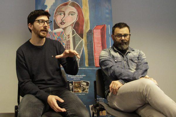 Los autores de  Los enciclopedistas, Alex Orbe y José Antonio Pérez Ledo, en un momento del coloquio que mantuvieron con los trabajadores de Siemens Gamesa