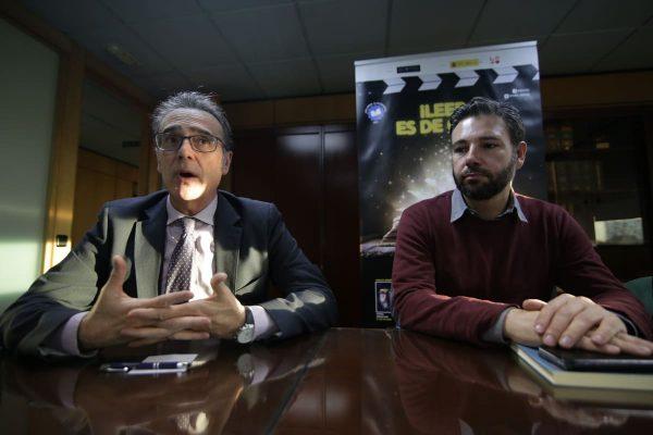 El director de Uniarte presenta a Javier Boltaña, autor de Sjöström no es un mueble de Ikea, a los trabajadores de la fábrica